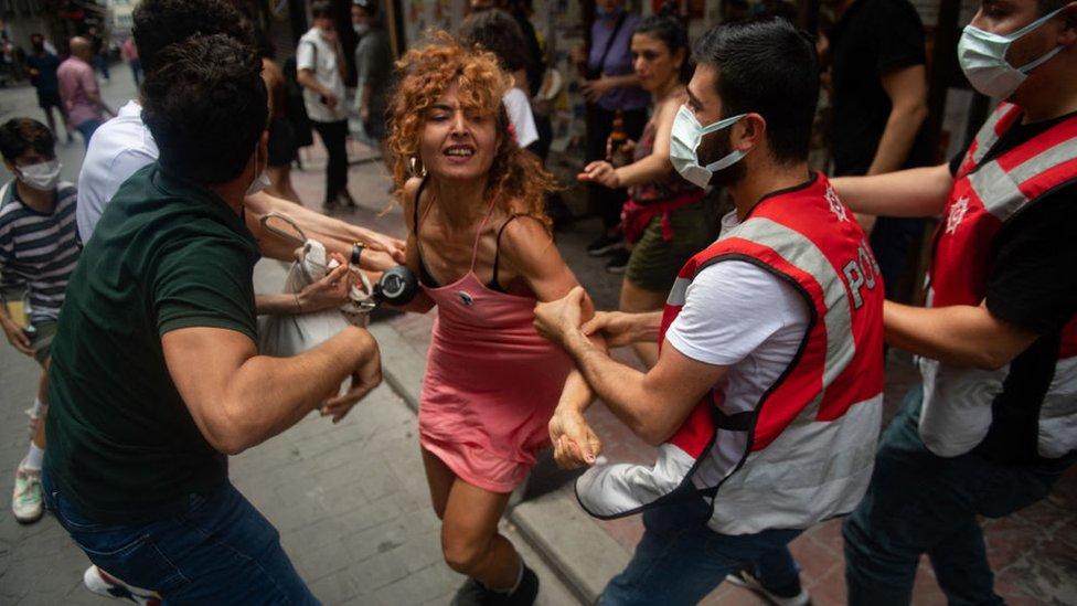 Durante las manifestaciones del Orgullo Gay en Estambul este año la policía turca disparó gas lacrimógeno y detuvo a decenas de participantes. 26 de junio de 2021.