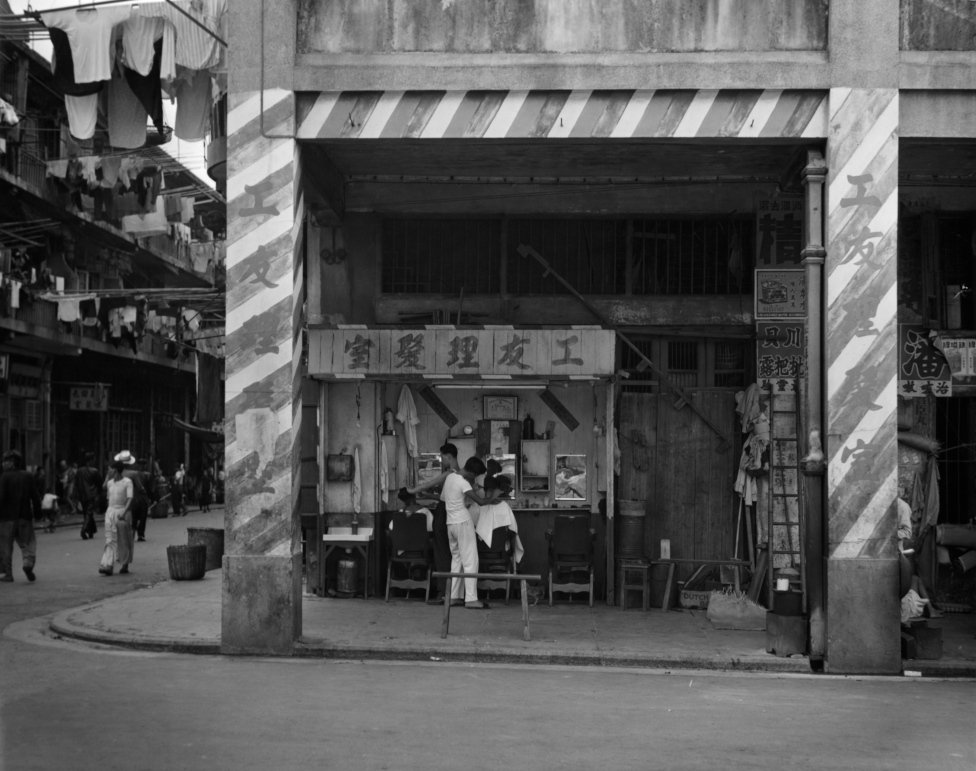 香港某樓房騎樓下的理髮店(1960)