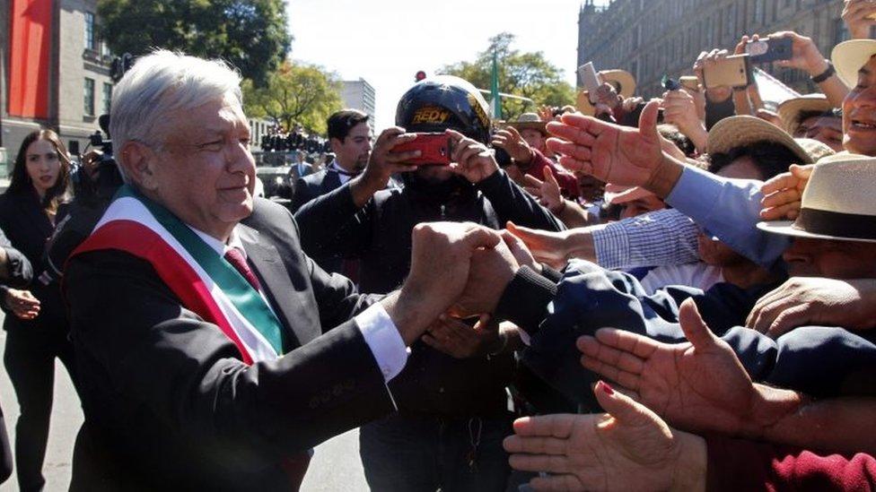 López Obrador saluda a ciudadanos