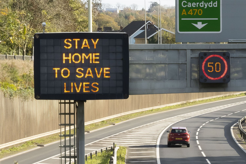 Un aviso en una carretera aconseja quedarse en casa para salvar vidas, en Cardiff, Gakes, octubre 2020