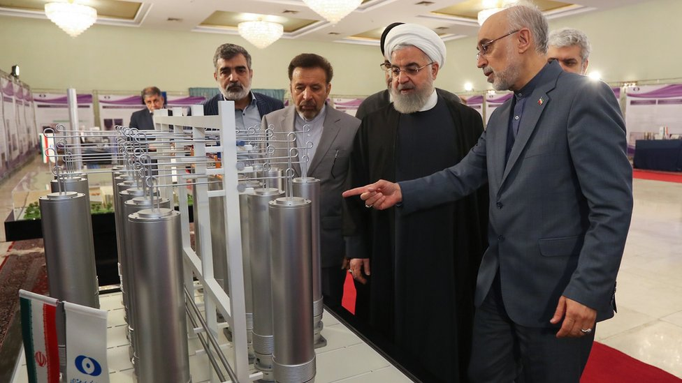 Iranian President Hassan Rouhani (2R) is shown nuclear technology by Ali Akbar Salehi (R), head of Atomic Energy Organization of Iran (9 April 2019)