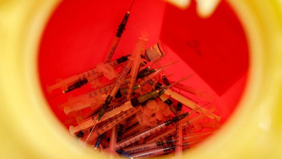 jeringuillas de vacunas contra el covid en un contenedor en España