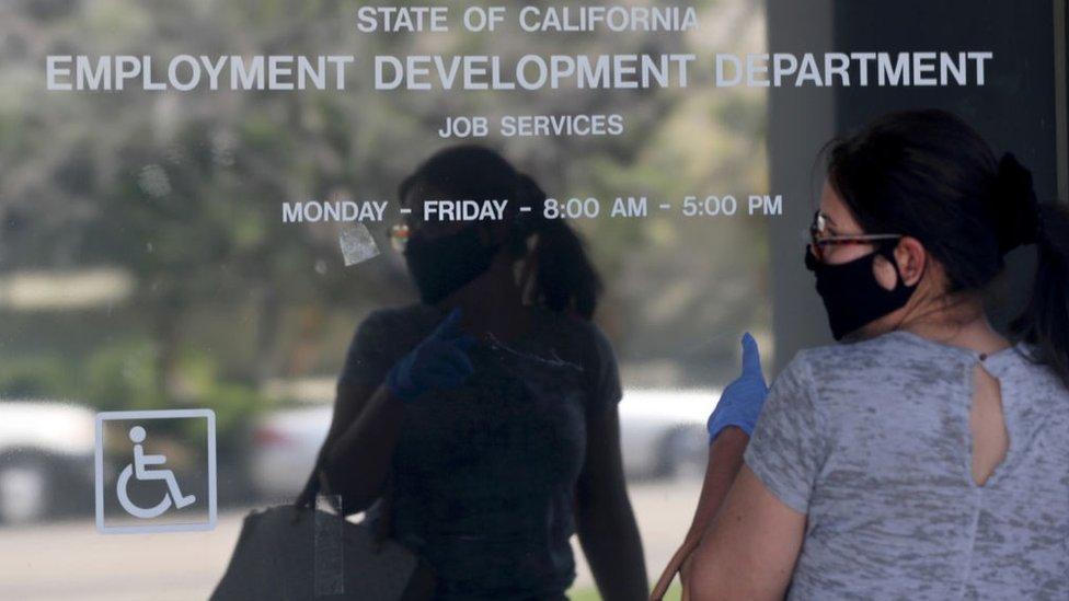 Una mujer a las afueras de la oficina de empleo en California.
