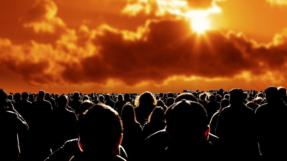 Gente mirando al horizonte