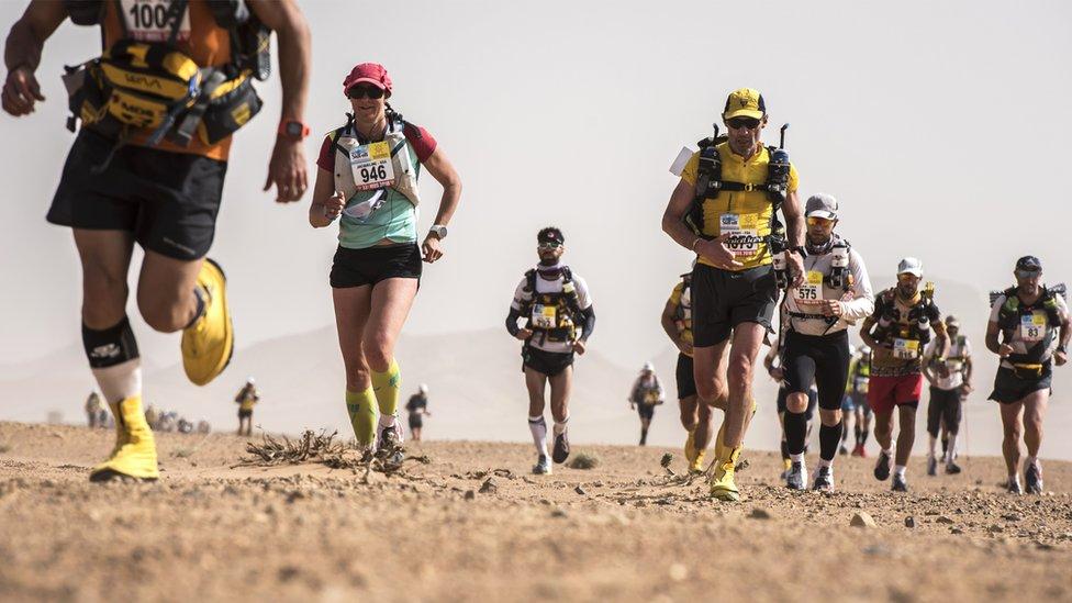 Atletas corren en el Maratón des Sables