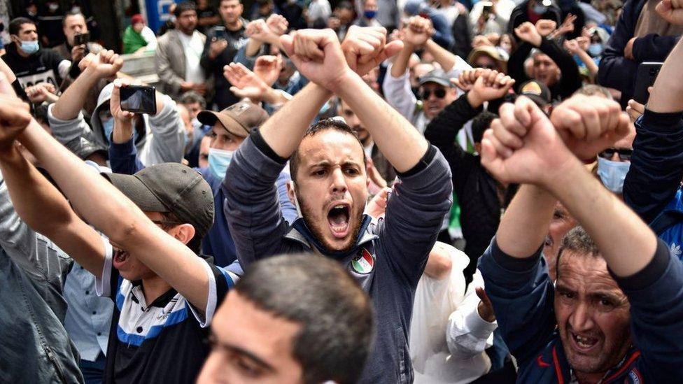 جزائريون يرددون هتافات خلال مظاهرة مناهضة للحكومة في العاصمة الجزائر في 30 أبريل/نيسان 2021