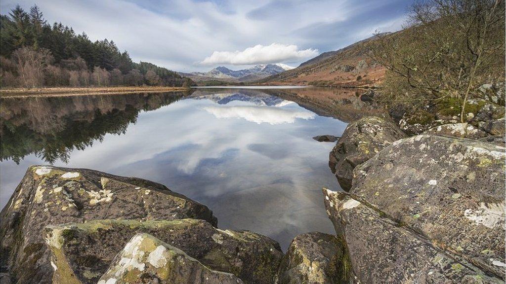 Adlewyrchiadau ar Lyn Mymbyr ger Capel Curig yn Eryri // Reflections on LLyn Mymbyr near Capel Curig in Snowdonia