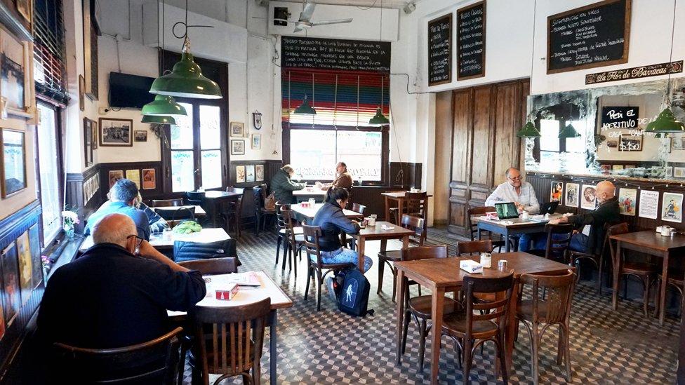Pocas cosas más porteñas que un café que rememora la historia. Pasa en Flor de Barracas.