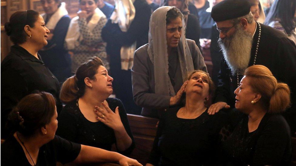 مسيحيون يبكون ضحايا هجوم على كنيسة في مصر