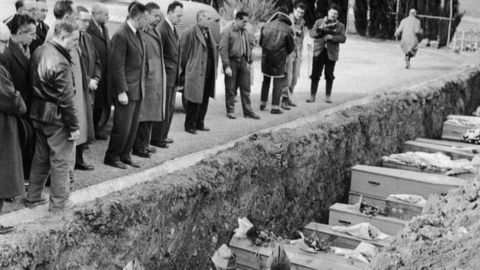 法國政客參加馬爾巴塞潰壩死難者集體葬禮。