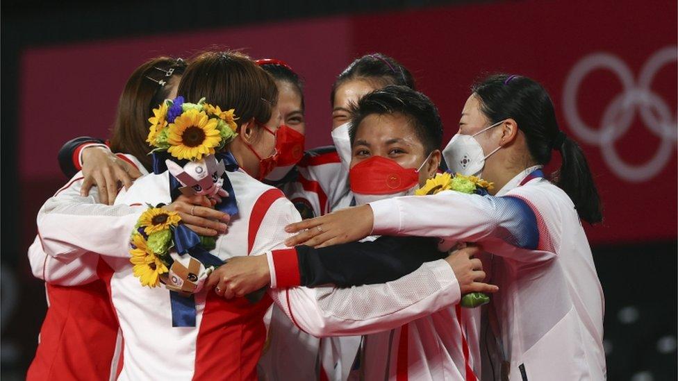 圖為女雙頒獎儀式後,中國組合與韓國組合同獲得金牌的印尼選手一同擁抱。