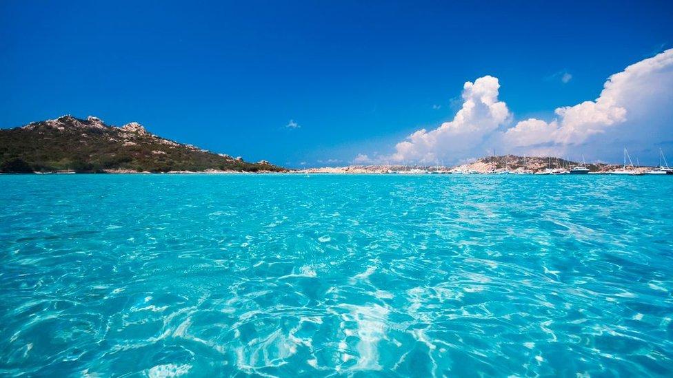 La isla de Budelli, aguas cristalinas.