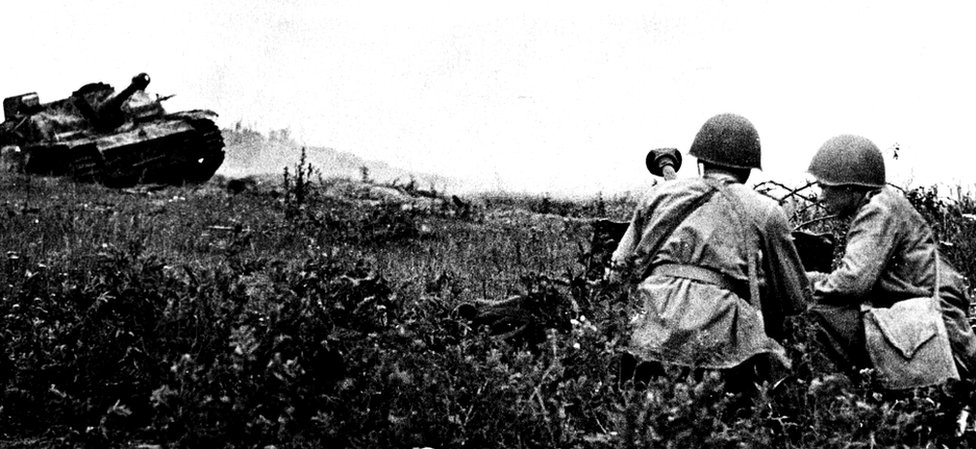 Soldados soviéticos y un tanque alemán cerca de Oryol en 1943