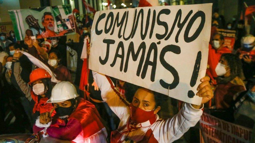 Mujer con una pancarta contra el comunismo