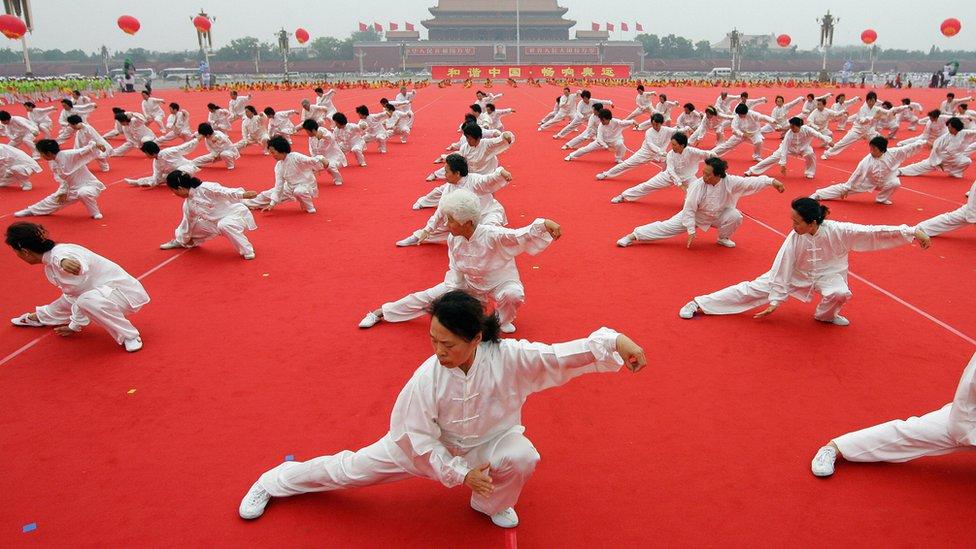 Personas practicando taichí en China.