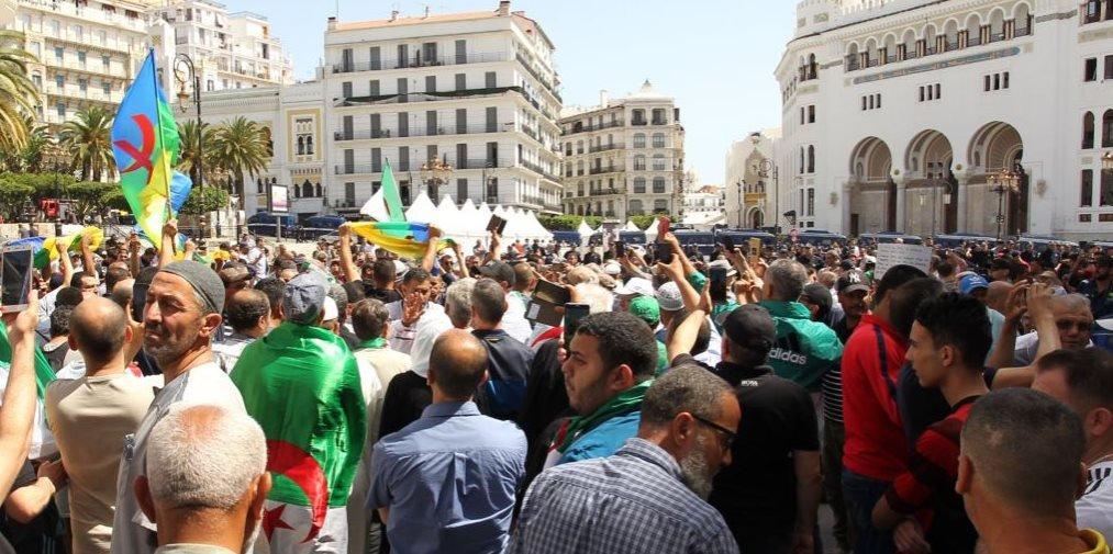 متظاهرون أمازيغ يرفعون العلم الأمازيغي خلال احتجاجهم في العاصمة الجزائرية