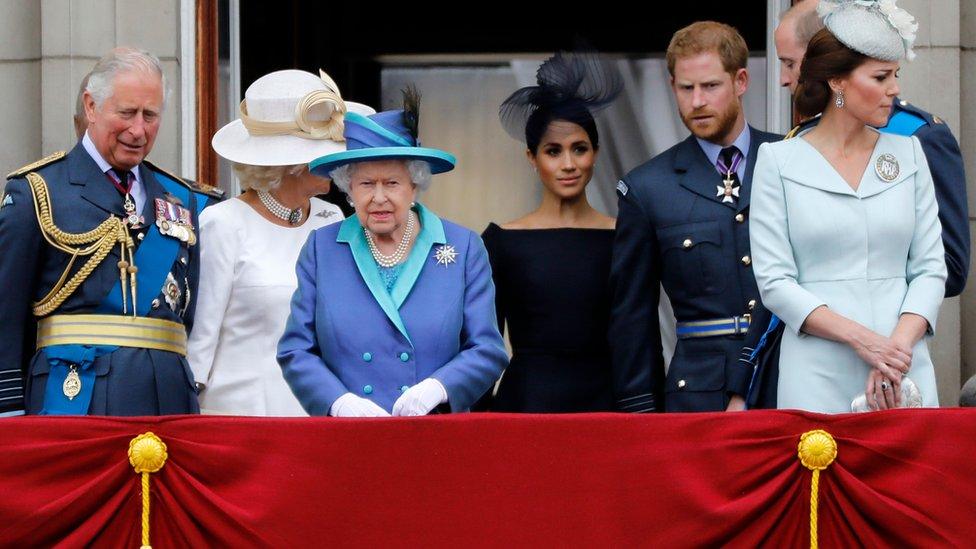 (De izquierda a derecha) Príncipe Carlos, princesa Camila, reina Isabel, duquesa Meghan, duque Harry, duque William y duquesa Kate.