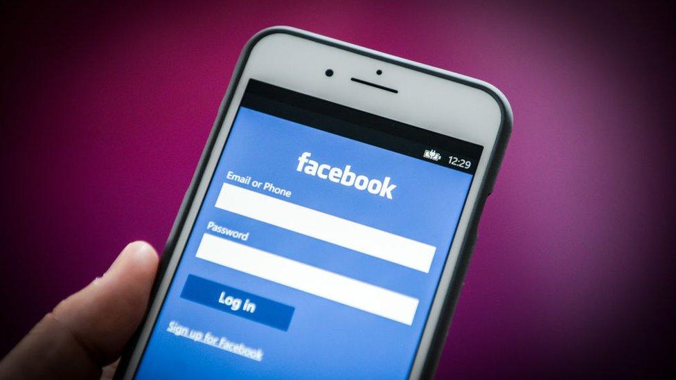 Facebook en un celular.