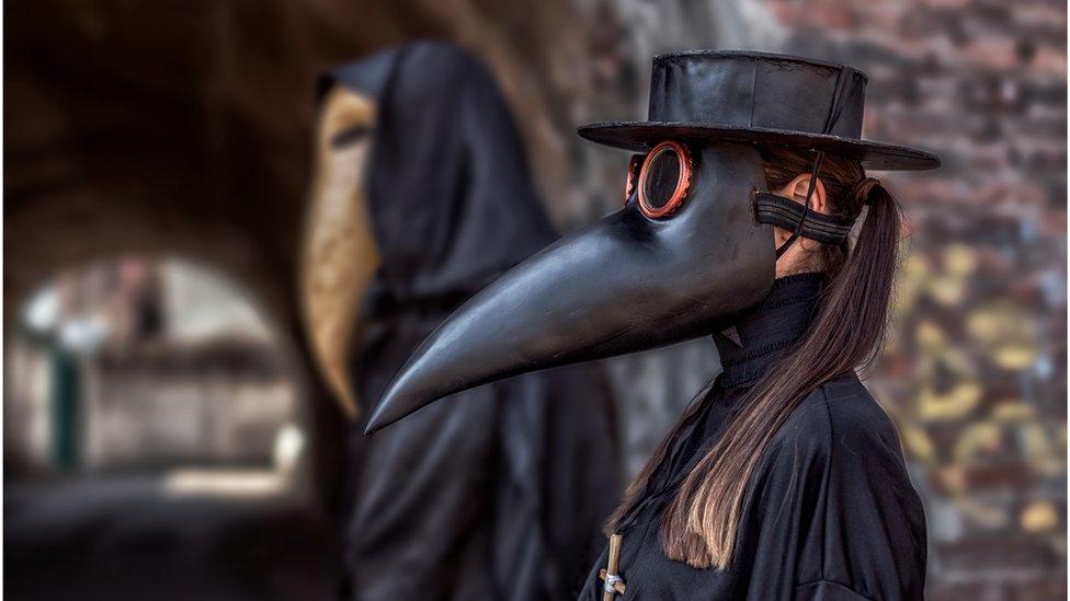 Máscara para atender la peste.