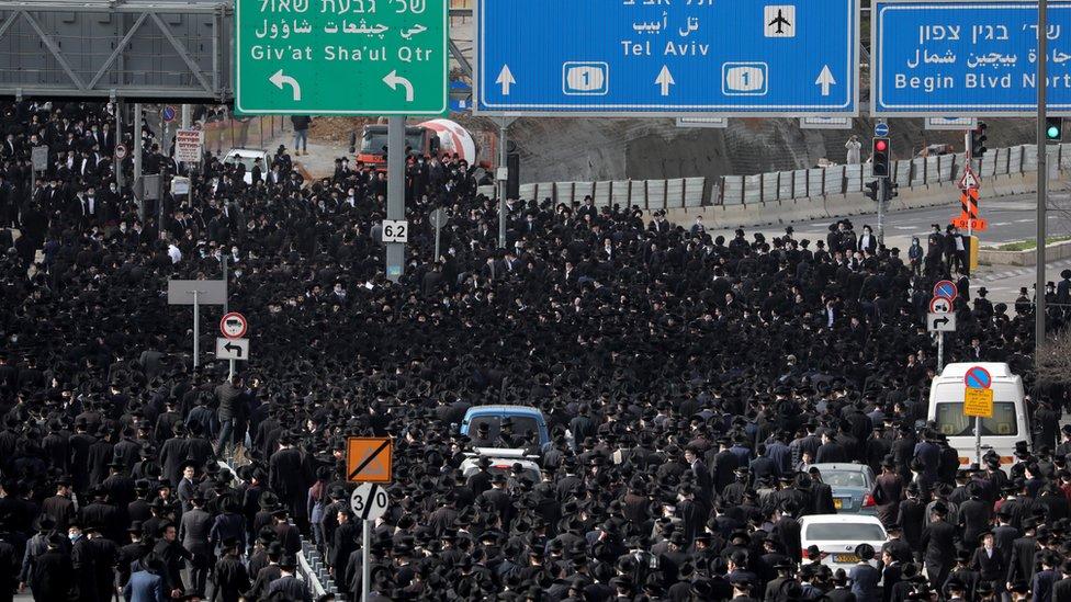 الآلاف احتشدوا في القدس للمشاركة في تششيع جثمان الحاخام مشولام دوفيد سولوفيتشيك