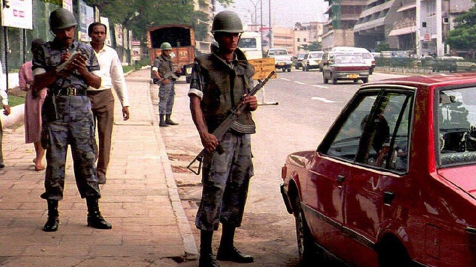 Tentara Sri Lanka di luar markas angkatan udara 1995