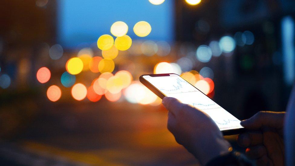 Persona con celular