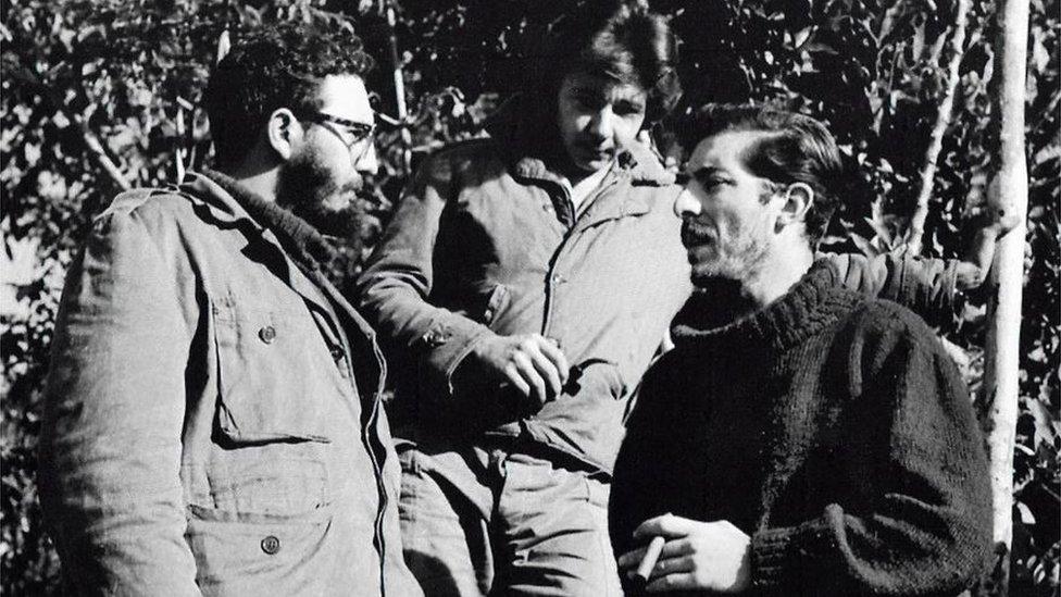 Fidel y Raúl Castro junto a Enrique Meneses