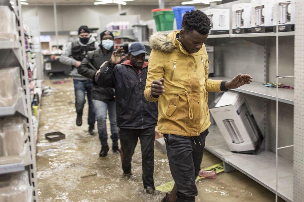 Las tiendas de alimentos, muchas de las cuales han sido atacadas, se están quedando sin lo básico.