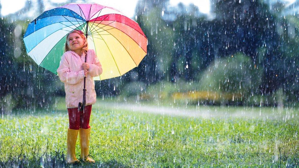 Niña bajo la lluvia.