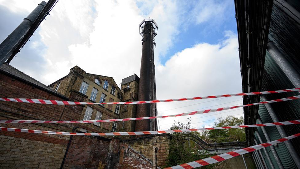 Poste de telefonía quemado en Huddersfield, Reino Unido.