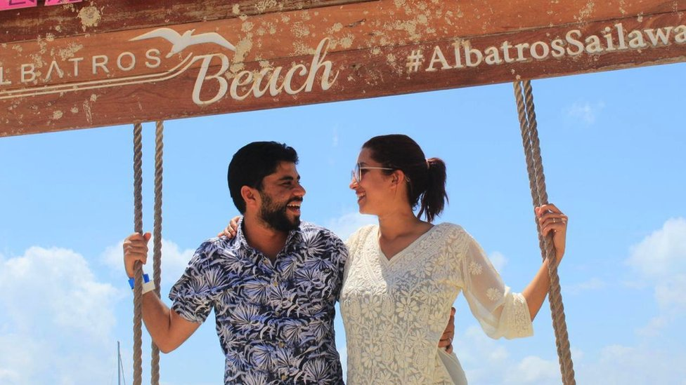Par pozira ispod znaka u Meksiku