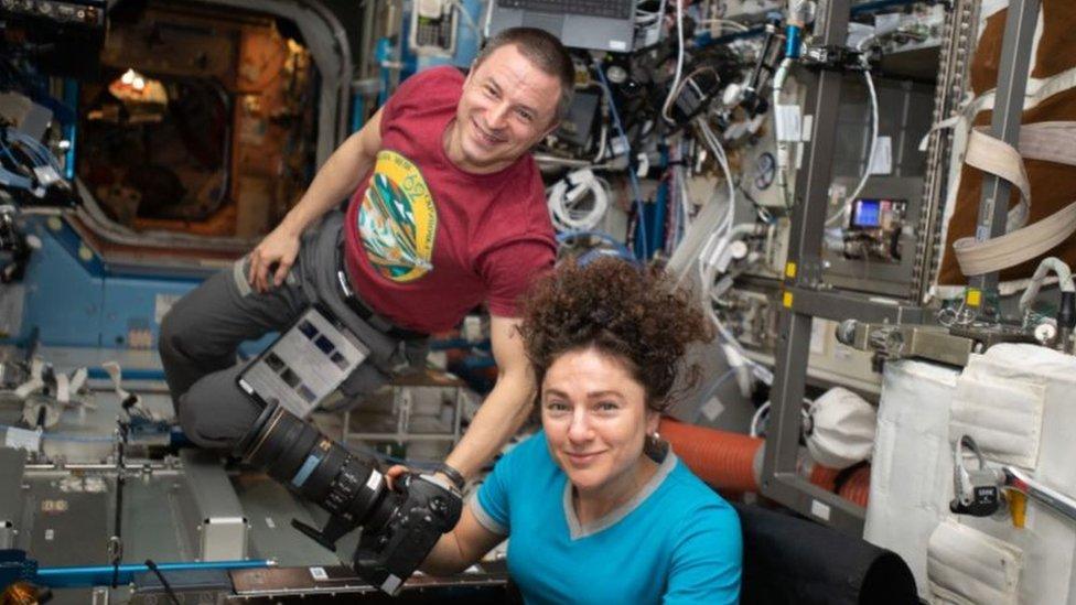 """Andrew Morgan y Jessica Meir tomando fotografías de la Tierra. Meir dijo que seguir la pandemia desde el espacio ha sido """"surrealista""""."""