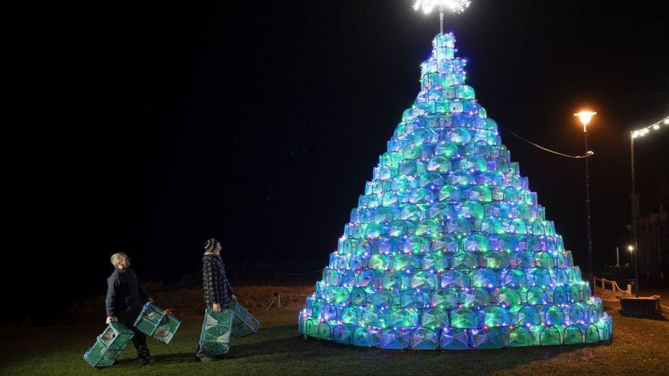 شجرة الميلاد المصنوعة من الكريل الذي يستخدم لصيد المحار