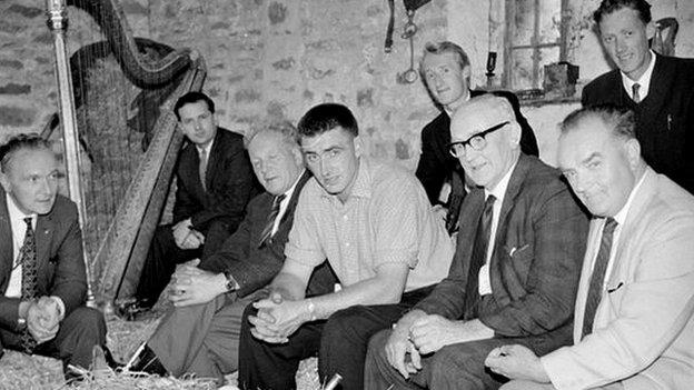 T Llew (chwith) mewn sesiwn farddoni yn Yr Hendre, 1966