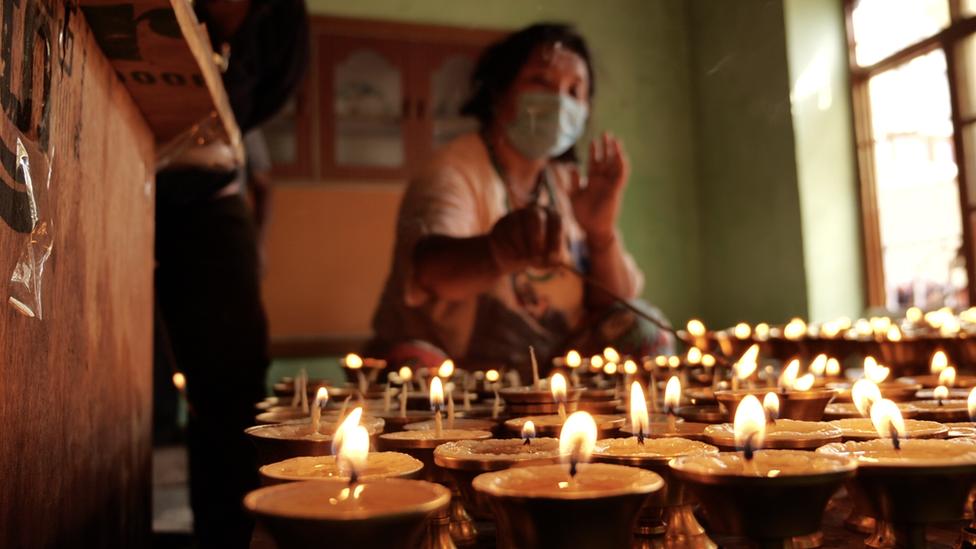 丹增的妹妹在他們列城的家中點燃油燈