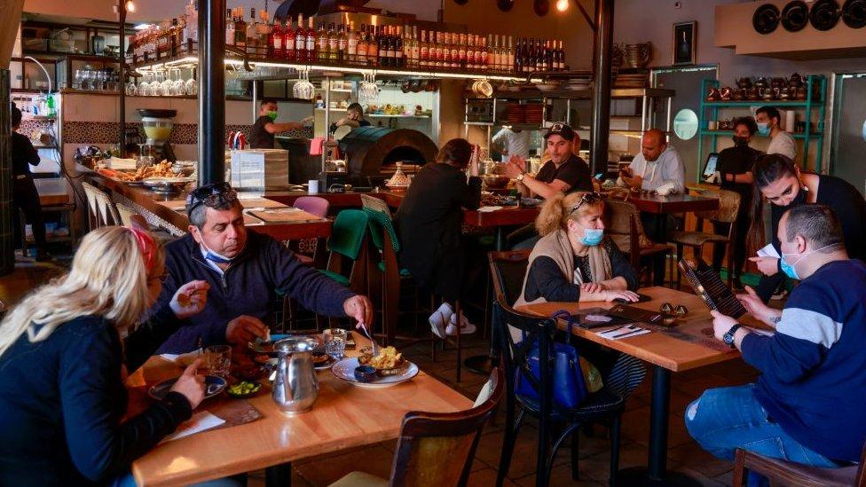 Personas en un restaurante en Israel