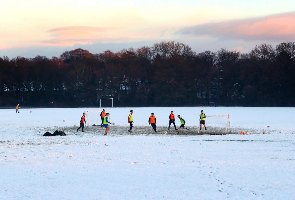 حصة تدريب لكرة القدم رغم أن الملاعب مغطاة بالثلوج في ويلمسلو في تشاشير جنوب مدينة مانشستر