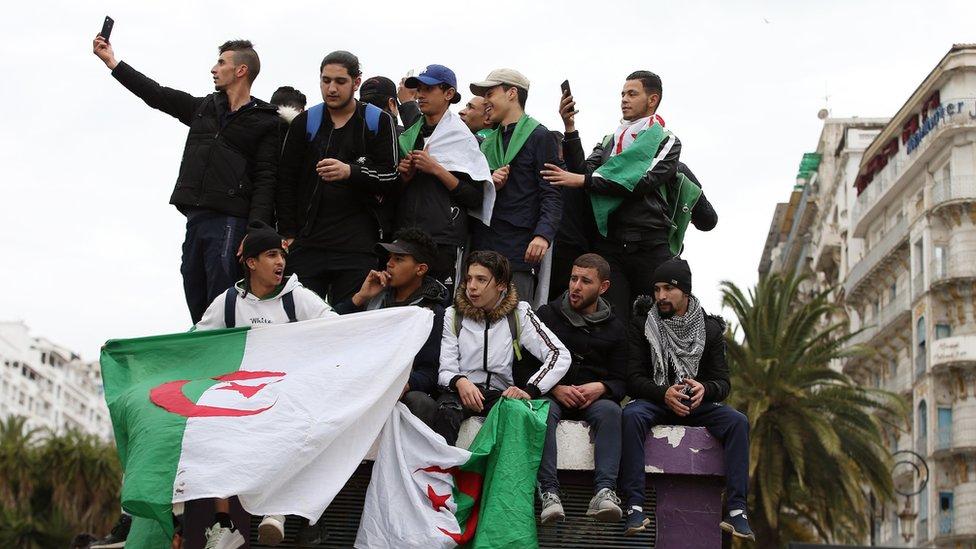 Argelinos protestando contra la reelección de Buteflika