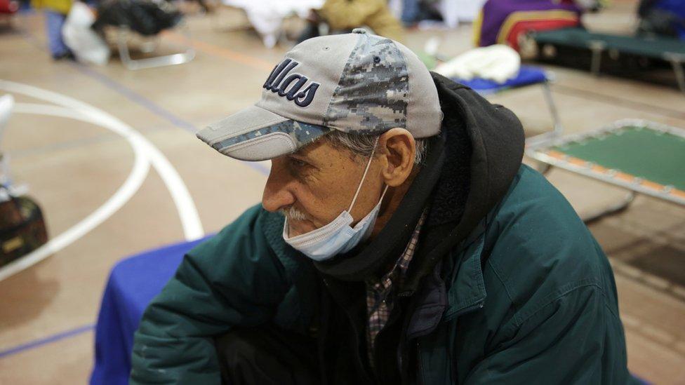 Un hombre en un refugio en Plano, Texas