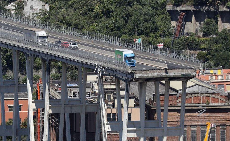 Autos detenidos al borde del precipicio que dejó el derrumbe del puente.