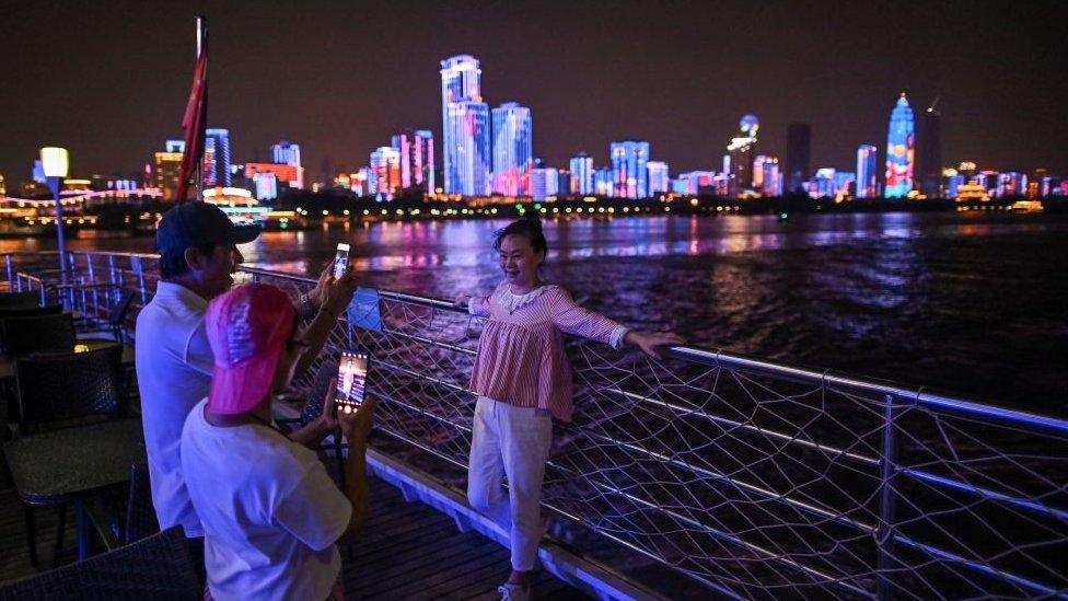 Turistas em Wuhan.