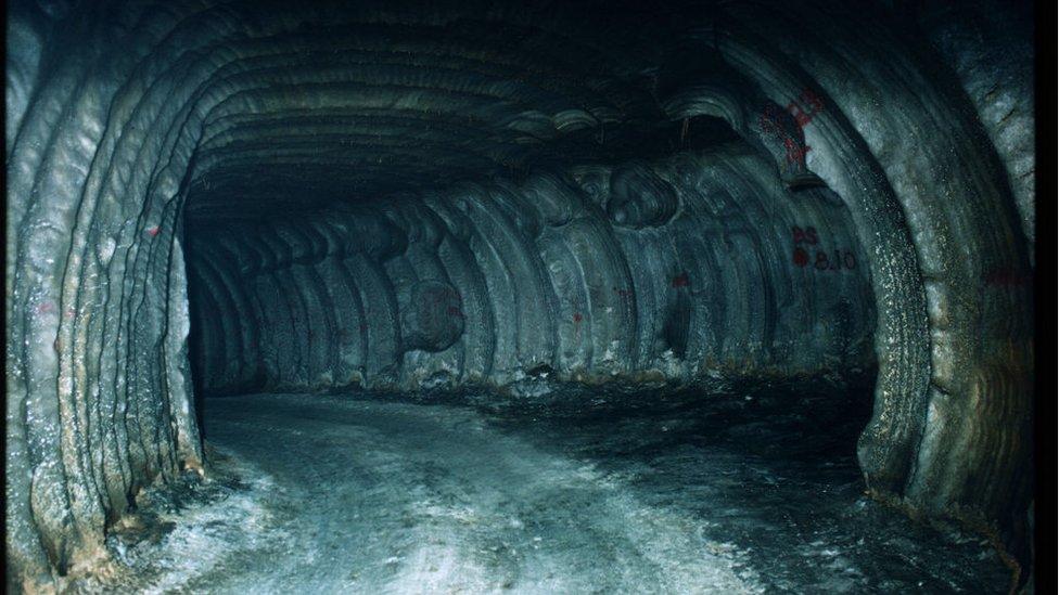 Cuevas excavadas en roca salina.