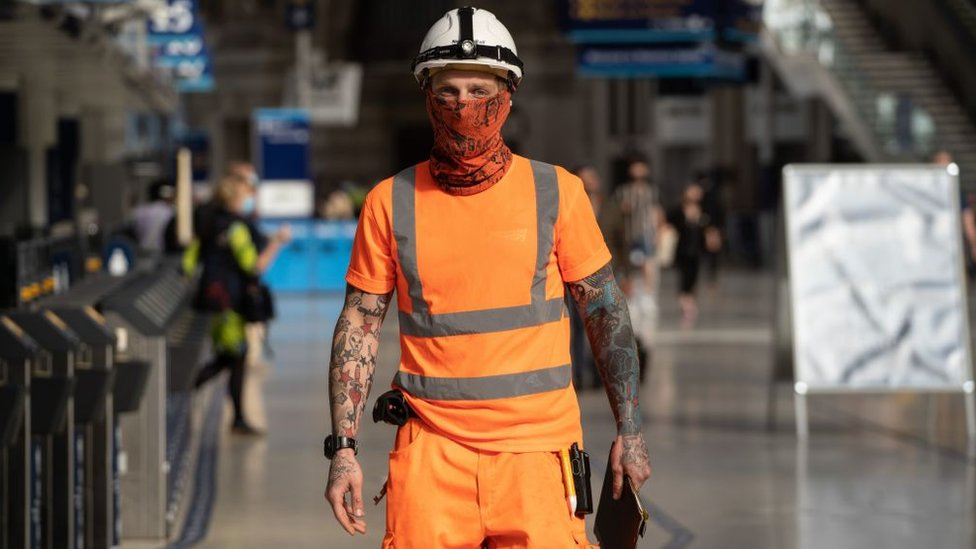 Construction worker wearing a face mask