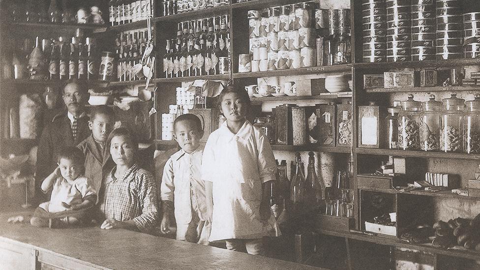 Una familia de inmigrantes japoneses en una tienda en Perú