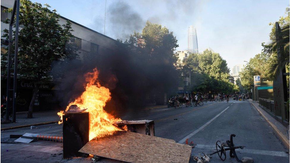 Barricada ardiendo cerca del centro comercial Costanera Center