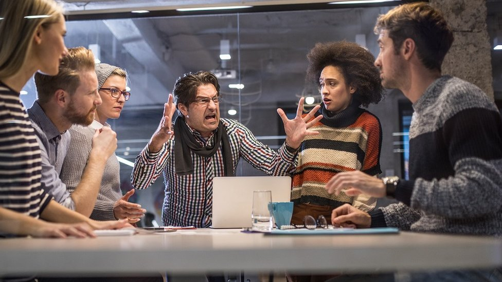 Un jefe les grita a sus colegas más jóvenes.