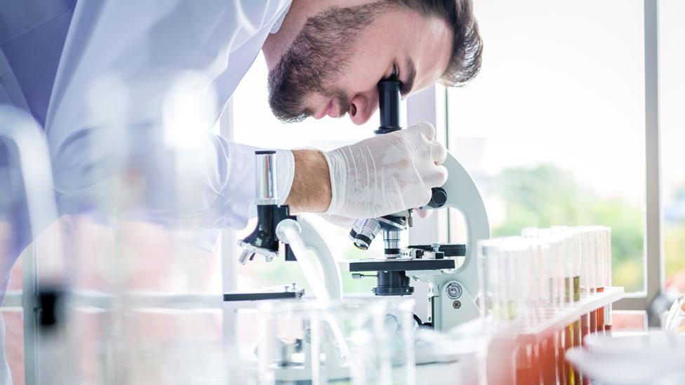 Un químico trabajando en un laboratorio