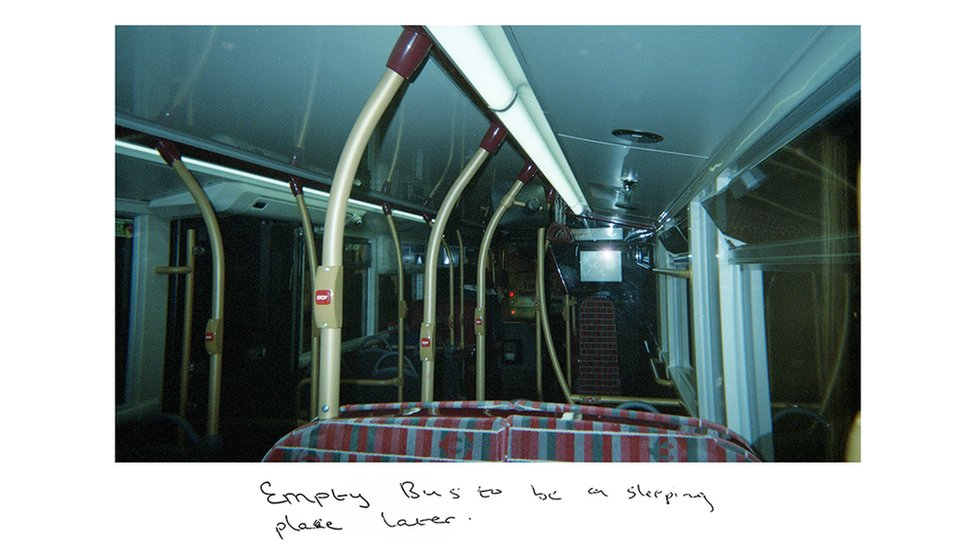 صورة التقطها صني للطابق السفلي لحافلة خاوية من الركاب