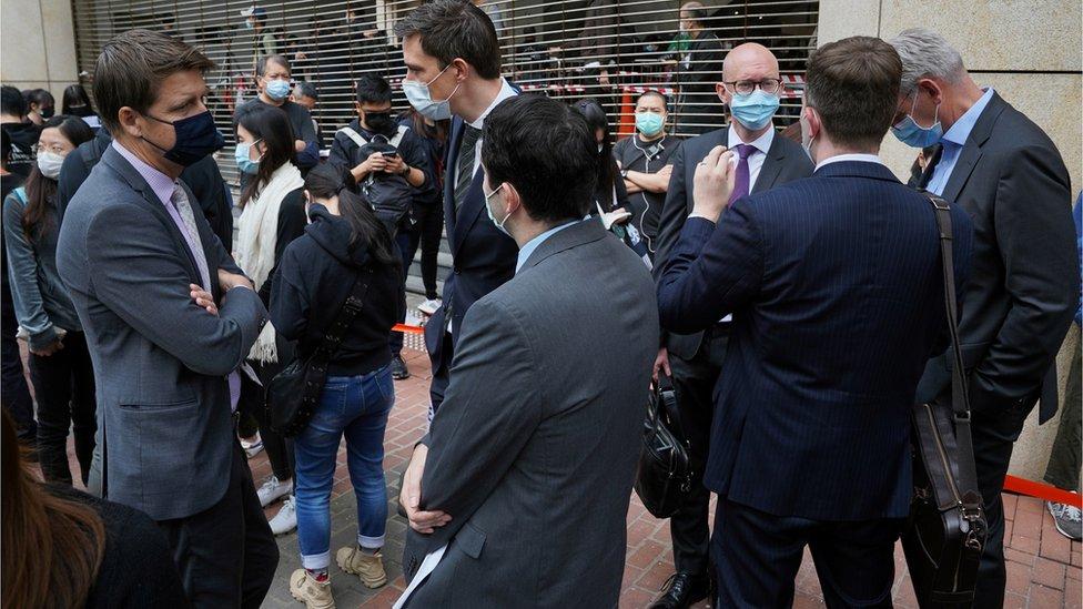 英國、美國、歐盟等駐香港的外交人員也有在法院大樓外等候。