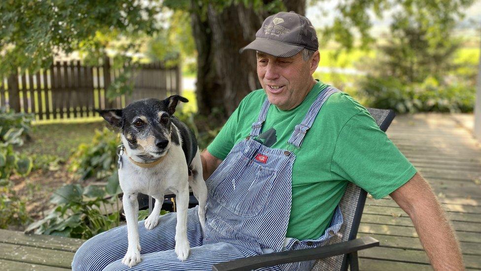 John con su perro.